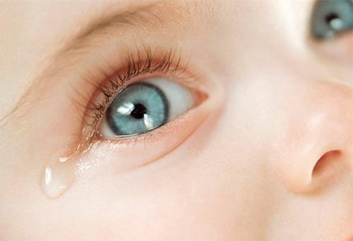 Когда грудничок начинает плакать со слезами? О чем говорит их отсутствие?