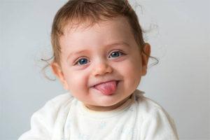 грудничок высовывает язык