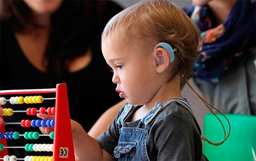 Методы проверки слуха у новорожденных деток. Способы врачей роддома.  Как могут проверить слух родители в домашних условиях?