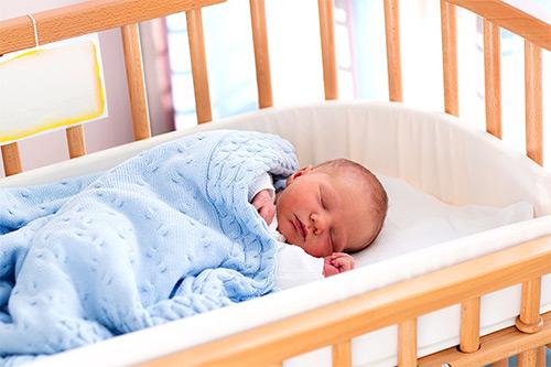 грудничок спит в кроватке