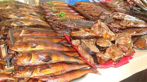Разрешено ли в меню кормящей мамы включать рыбу горячего и холодного копчения?