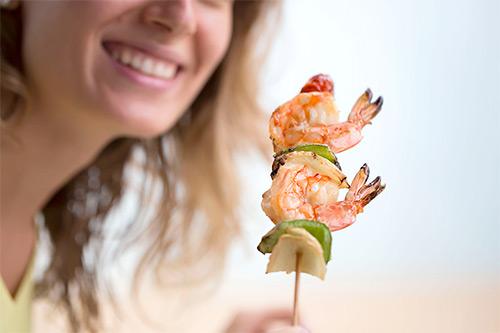 Разрешено ли женщине, которая кормит грудью новорожденного кушать креветки? Правила выбора продукта и введения в рацион
