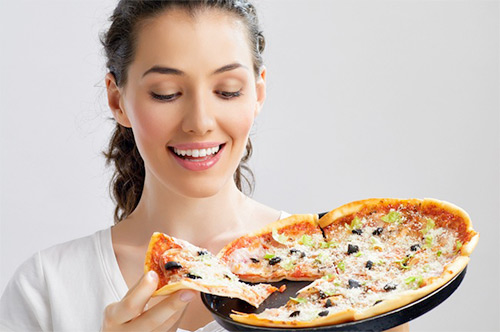 Разрешено ли маме в период лактации лакомиться пиццей? Какие ингредиенты надо исключить из блюда, чтобы не навредить новорожденному?