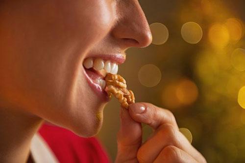 Можно ли кушать грецкие орехи кормящей маме и как они влияют на лактацию?