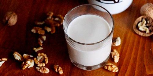 грецкий орех и молоко