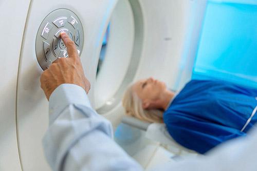 Можно ли проводить исследования организма женщины во время лактации при помощи МРТ? Противопоказания для проведения процедуры