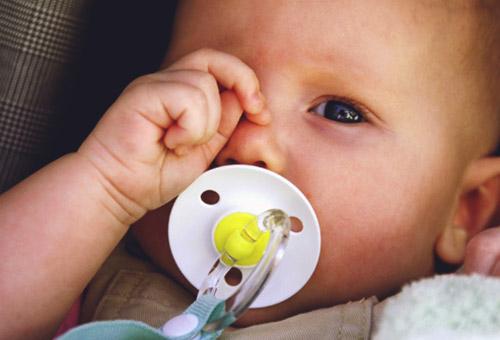 Стоит ли волноваться, если малыш часто трет глазки руками? На что надо обратить внимание родителям? Когда необходимо обращаться к врачу?