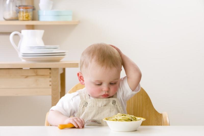 Как правильно вводить первый прикорм ребенку: когда и с чего начать